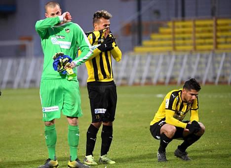 FC Hongan maalivahti Tim Murray (vas.), Youness Rahimi ja Borjas Martin Gonzalez nieleskelivät pettymystään Veikkausliigan päätöskierroksen jälkeen.