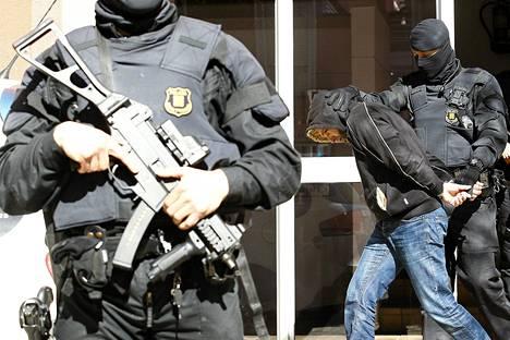 Espanjan poliisi pidätti Sabadellin kaupungissa 10 miestä epäiltynä yhteistyöstä jihadistijärjestö Isisin kanssa.