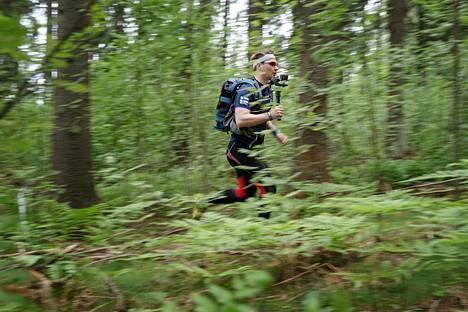 Timo Mikkola näytti mallia, miten juoksukameran kanssa edetään maastossa.