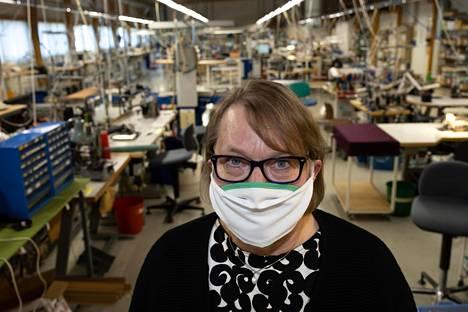 E. Laihon toimitusjohtaja Liisa Laiho sanoo, että kangasmaskien valmistamisen aloittaminen oli luonnollista pienelle tekstiiliyritykselle, jonka toimintaa joustaa nopeasti kysynnän mukaan.