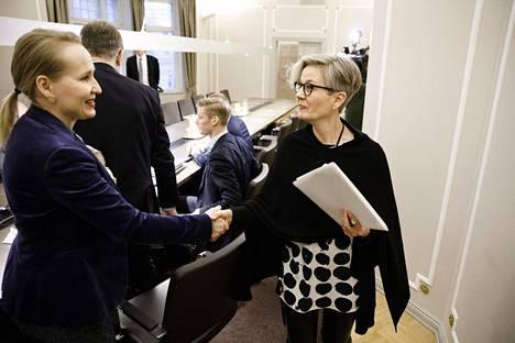 Teknologiateollisuuden työmarkkinajohtaja Minna Helle (vas.) ja valtakunnansovittelija Vuokko Piekkala kättelivät Teknologiateollisuuden ja Teollisuusliiton neuvotteluissa valtakunnansovittelijan toimistolla marraskuun lopulla.