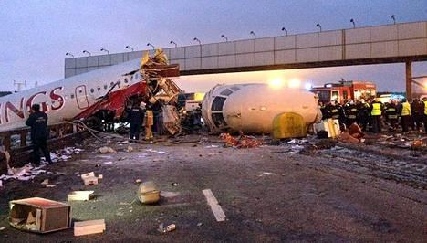Poliisi tutki onnettomuuspaikkaa Vnukovon lentokentän lähellä Moskovassa lauantaina.