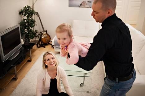 Rankkojen vastoinkäymisten jälkeen Tirsa ja Niklas Valrosilla on nyt kolmivuotias terve tytär.