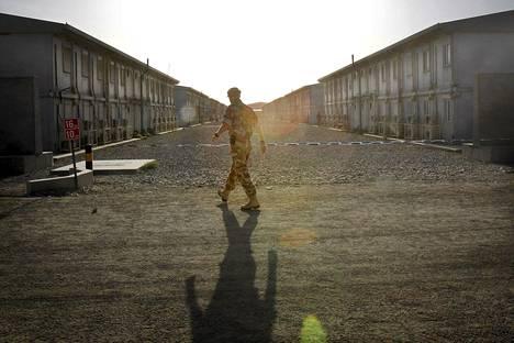 Sotilas käveli Camp Bastionissa Helmandissa huhtikuussa 2010.