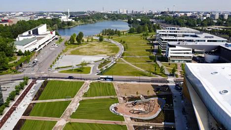 Töölönlahden puisto kesäkuussa 2019 hetkeä ennen kuvan alalaidassa näkyvän Makasiinipuiston valmistumista.