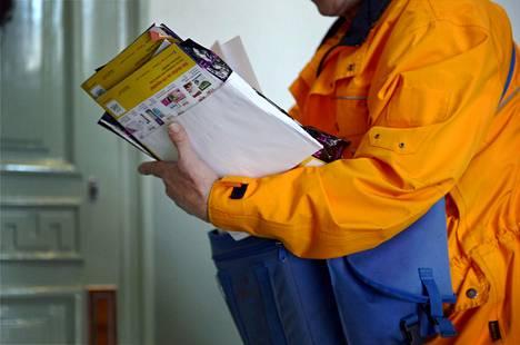 Postinkantaja työssään Helsingissä toukokuussa.