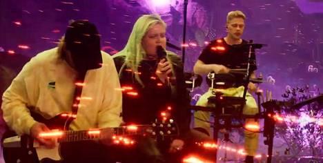 Kitaristi Theo Ekblom, Alma ja rumpali Kasper Granroth oltiin sijoitettu osaksi virtuaalimaailmaa.