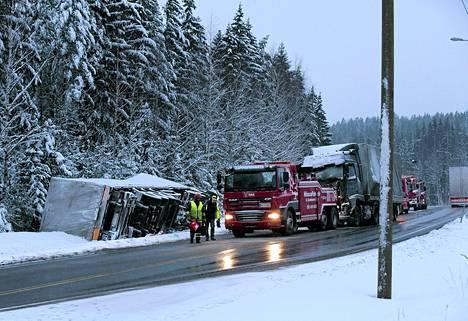 Valtatie 6 tukkeutui Luumäen Jurvalassa kolmen rekan ja yhden henkilöauton kolarin vuoksi.