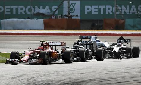 Kevin Magnussen (kesk.) törmäsi Kimi Räikköseen (vas.) Malesian Grand Prix -kisassa sunnuntaina.