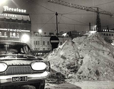Lumikasat kasvoivat kerrassaan mahtaviksi pääkaupungin kaduilla, ja autoilijat toivoivat niiden tilalla olevan vähintään samankokoisen vuoren hiekkaa.
