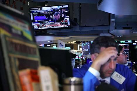 Yhdysvaltain keskuspankin pääjohtaja Jerome Powell piti keskiviikkona tiedotustilaisuutta samalla, kun meklarit tekivät työtään New Yorkin pörssissä.