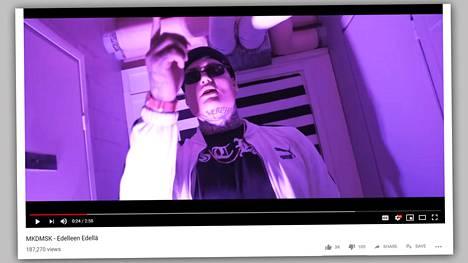 Atte Toikka eli MKDMSK juuri julkaistulla musavideolla Edelleen edellä. Kuva on ruutukaappaus Youtube-videosta.
