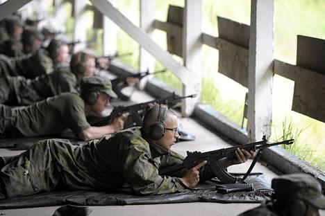 Alokkaita rynnäkkökiväärin ampumaharjoituksissa Santahaminassa viime elokuussa.