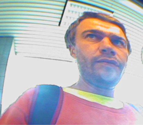 Tämä ihminen liittyy Helsingissä viime elokuussa tapahtuneeseen epäiltyyn törkeään petokseen. Nyt poliisi haluaa tietää, kuka valokuvassa on.