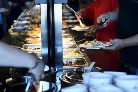 Asiakkaat valitsivat ruokaa noutopöydästä Luckiefun's-ravintolassa kauppakeskus Triplassa Helsingissä 22. kesäkuuta 2020.