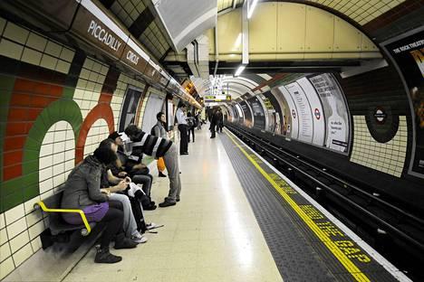 Piccadilly Circuksen metroasema Lontoossa.