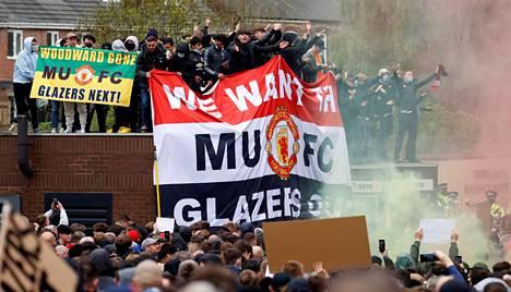 Manchester Unitedin kannattajat protestoivat seuran omistajaa vastaan sunnuntaina.
