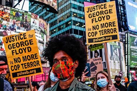 Väkeä kerääntyi New Yorkin Times Square -aukiolle Dered Chauvinille luetun tuomion jälkeen.