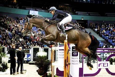 Esteratsastaja Nina Fagerstöm oli lähellä kärkisijoja jo lokakuussa Helsinki International Horse Show'ssa.