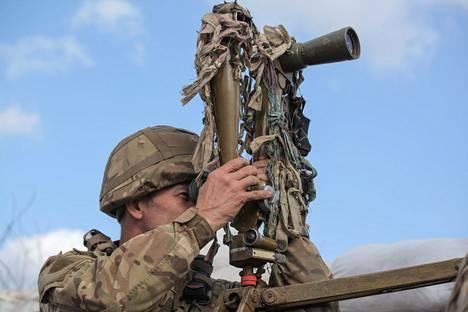 Ukrainan armeijan sotilas tähysti keskiviikkona separatistien hallinnassa olevan Donetskin puolelle.
