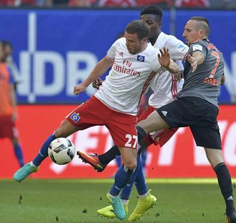 HSV:n Nicolai Müller (27) ja Bayern Münchenin Franck Ribery kamppailivat Saksan Bundesliigan ottelussa.