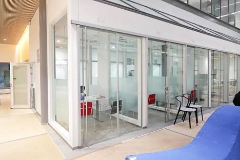 Kalasataman terveyskeskuksen aulassa on huoneita, joissa on tarkoitus arvioida hoidon tarvetta.
