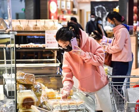 Ruokaostoksia supermarketissa Taiyuanissa Pohjois-Kiinassa perjantaina.