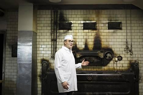Stefan Åsten on johtanut Halmeen leipomoa vuodesta 2009. Takana näkyy leipäuuni vuodelta 1952.