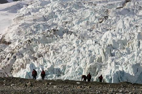 Jäätiköt sulavat ilmaston lämmetessä. Nokipöly lisää sulamista tummentamalla jään pinnan, jolloin se ei heijasta auringonvaloa yhä hyvin.