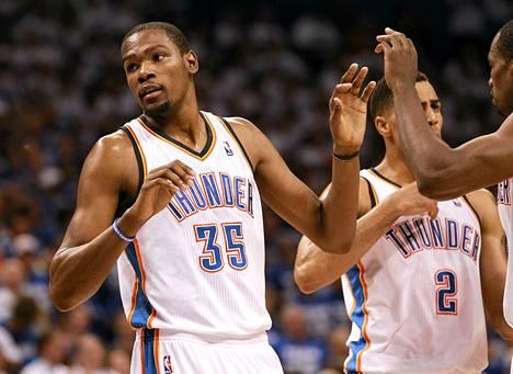Oklahoman Kevin Durant sai joukkuekavereiltaan onnittelut ottelussa San Antoniota vastaan.