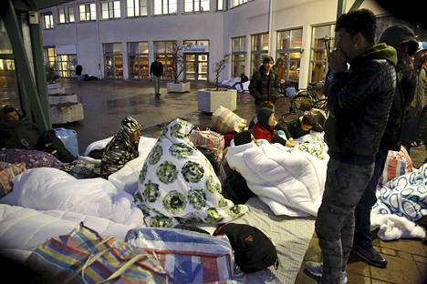 Turvapaikanhakijat nukkuivat vastaanottokeskuksen pihalla Malmössä marraskuussa.