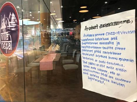 Itähelsinkiläisen kauppakeskus Eastonin ravintolapihan kaikki ruokapaikat oli suljettu huhtikuun alussa.