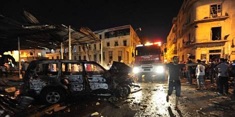 Palokunta saapuu räjähdyspaikalle lähelle oikeustaloa sunnuntai-iltana Bengasissa.