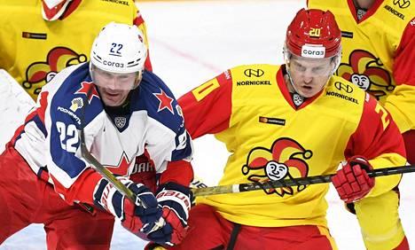 Jokerien kokoonpanoon palannut Eeli Tolvanen (oik.) taisteli kiekosta Moskovan TsSKA:n Aleksandr Popovin kanssa.