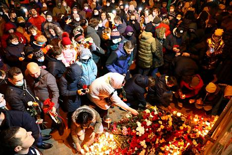 Minskiläiset toivat torstai-iltana kukkia ja kynttilöitä paikalle, jossa naamioituneet miehet pahoinpitelivät Raman Bandarenkan niin, että hän kuoli myöhemmin sairaalassa.