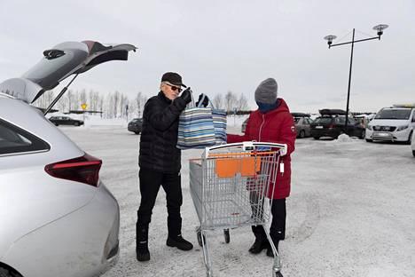 Espoolaiset Heikki ja Armi Koskela täydensivät ruokavarastojaan Äkäslompolassa sunnuntaina. He ovat olleet Lapissa jo puolitoista viikkoa. Koskelat kertovat käyvänsä vain hiihtämässä ja pari kertaa viikossa kaupassa.