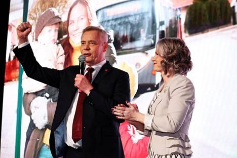 Puheenjohtaja Antti Rinne ja hänen vaimonsa Heta Ravolainen-Rinne Sdp:n vaalivalvojaisissa Virgin Oilissa Helsingissä sunnuntaina.
