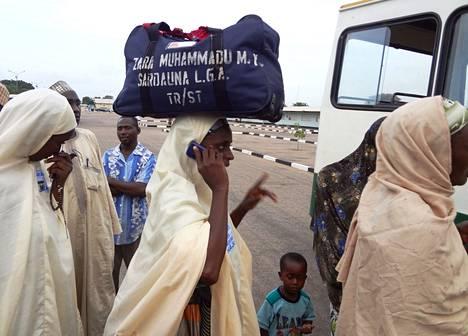Pettynyt pyhiinvaeltaja puhui kännykkäänsä Nigeriassa Kanon kaupungin lentokentällä. Mekka jäi näkemättä. Saudi-Arabia käännytti keskiviikkona takaisin Nigeriaan osan naisista, joiden maahanpääsyn se on tällä viikolla evännyt.