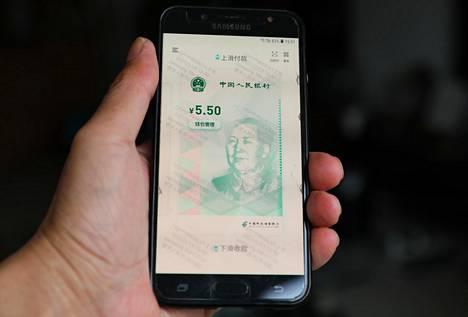 Kiinan luoma digitaalinen yuan kuvattuna matkapuhelimen näytöllä 13. helmikuuta.