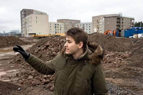 Jaakko Selander on muuttanut taustalla näkyvään talokokonaisuuteen. Hän on valmistautunut odottamaan palveluita.