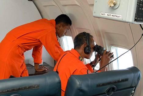 Indonesian ilmavoimat etsivät jälkiä kadonneesta Malaysian airlinesin konetta tiistaina.