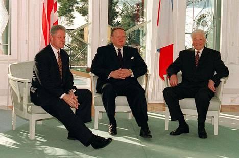 Yhdysvaltain presidentti Bill Clinton (vas.) ja Venäjän presidentti Boris Jeltsin (oik.) tapasivat vuonna 1997 Suomessa.Presidentti Martti Ahtisaari järjesti presidenteille illallisen Mäntyniemessä.