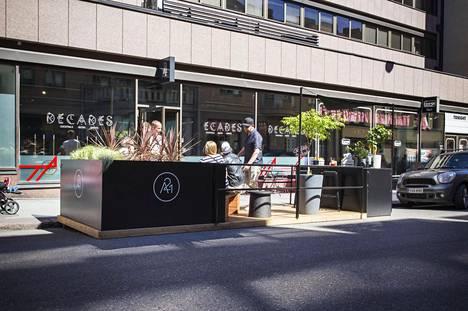 Cocktailbaari A 21 on avannut Annankadulle parklet-terassin. 12 neliön kokoisella terassilla nautitaan juomista autojen keskellä.