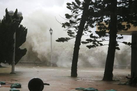 Myrskyaallot löivät rantavalliin Heng Fa Chuenin asuinalueella Hongkongissa sunnuntaina, kun Mahgkhut-taifuuni rantautui Kiinan mantereelle.