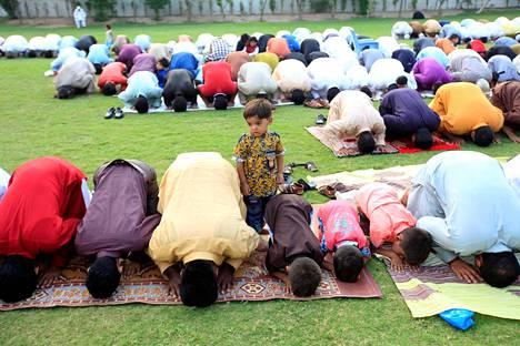 Eid-juhlan rukoushetki Faisalabadissa Pakistanissa maanantaina.