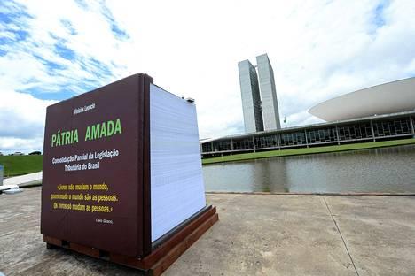 Rakastettu isänmaa -kirja on 2,1 metriä korkea ja se painaa 7,5 tonnia.