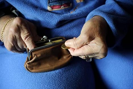 Eläketurvakeskuksen tuoreen tutkimuksen mukaan eläkeläiset voivat taloudellisesti aiempaa paremmin.