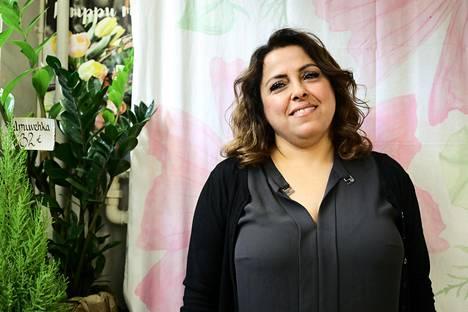 """Irakilaissyntyisellä Tanja Awarilla on Hakaniemen hallissa kaksi liikettä, kukkakauppa ja luomuruokakauppa. """"Suomessa on hyvä systeemi ja hyvä laki. En pidä ajatuksesta, että toisin tänne kaiken, mitä olen tehnyt omassa maassani"""", hän sanoo."""