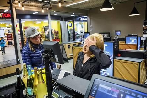 Sini Sakon (vas.) ja Marianne Justanderin kuohuviinit jäivät Lauttasaaren Alkon kassalle, kun Sakko, 35, oli unohtanut ajokorttinsa työpaikalle.