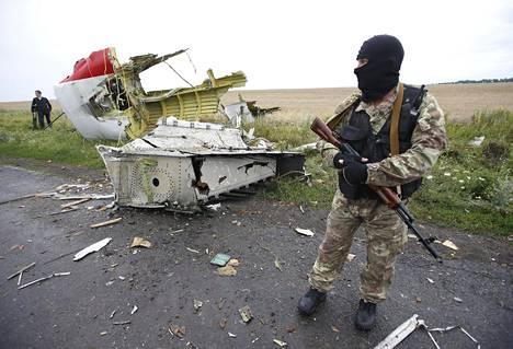 SIVIILIKONE PUDOTETTIIN UKRAINASSA. Reittilennolla Amsterdamista Kuala Lumpuriin ollut Malaysia Airlinesin kone ammuttiin alas Ukrainan yllä 17. heinäkuuta 2014. Koneen mukana kuoli 283 matkustajaa ja 15 miehistön jäsentä. Alasampumisesta epäillään Itä-Ukrainan venäläismielisiä separatisteja.